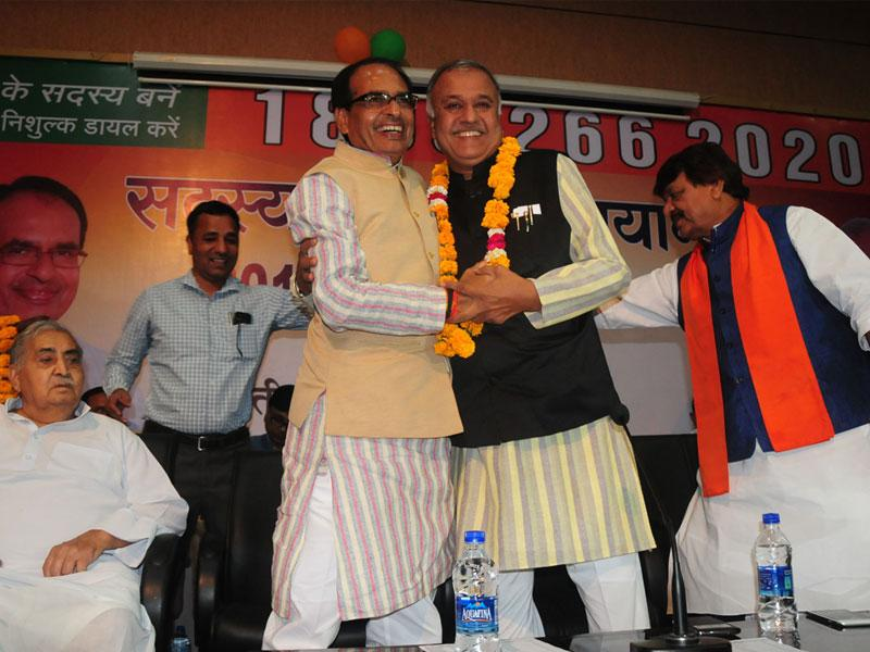 CM Shivraj Singh Chouhan welcomes BJP state president Nandkumar Singh Chauhan in Bhopal after party crossed one crore membership mark in MP. (Mujeeb Faruqui/HT photo)
