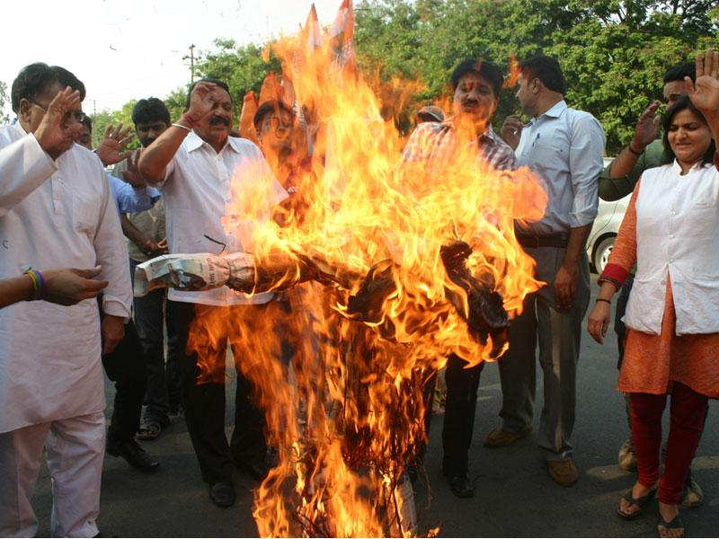 Congress leaders torch effigy of union minister Giriraj Singh for his reported remark against Sonia Gandhi, in Bhopal on Wednesday. (Bidesh Manna/HT photo)