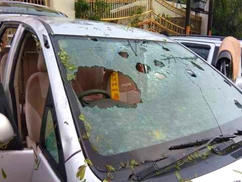 A shattered windshield of a car parked at Vrindavan temple. (Arun Kumar Tripathi/HT Photo)