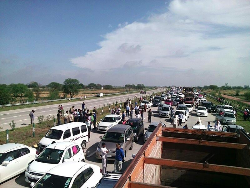 Scores of vehicles remained stranded for hours on the Yamuna Expressway due to the agitation. (Arun Kumar Tripathi/HT Photo)