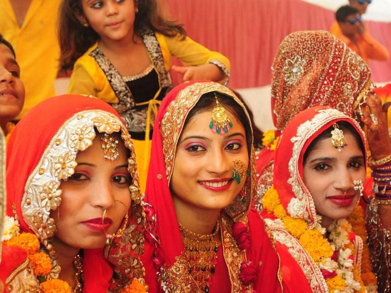More than 55 Muslim couples tied the nuptial knot at a mass marriage ceremony held in Bhopal on Sunday. (Mujeeb Faruqui/HT photo)