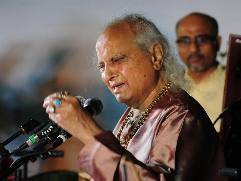 Renowned classical vocalist Pandit Jasraj performs at Indira Gandhi Rashtriya Manav Sangrahalaya in Bhopal on Saturday. (Mujeeb Faruqui/HT photo)