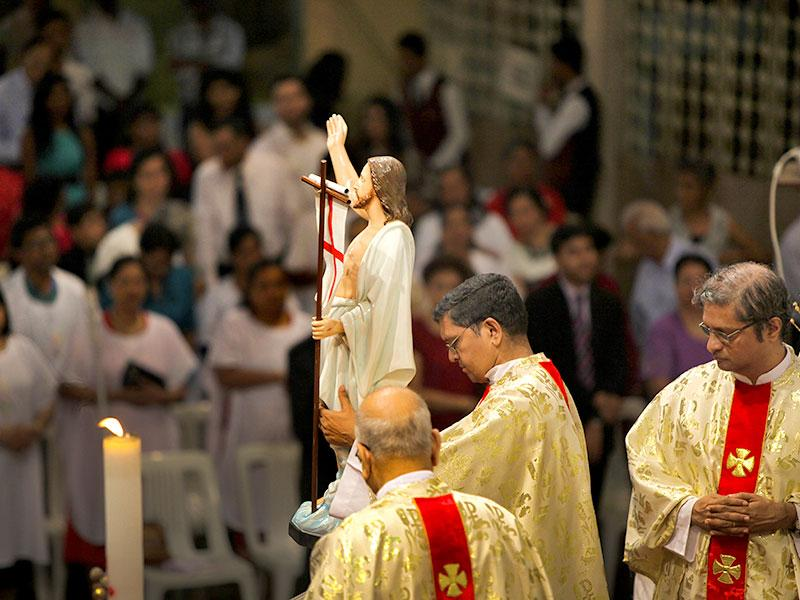 Midnight Easter Sunday Mass at Mount Carmel Church in Bandra, Mumbai. (Kalpak Pathak/HT Photo)