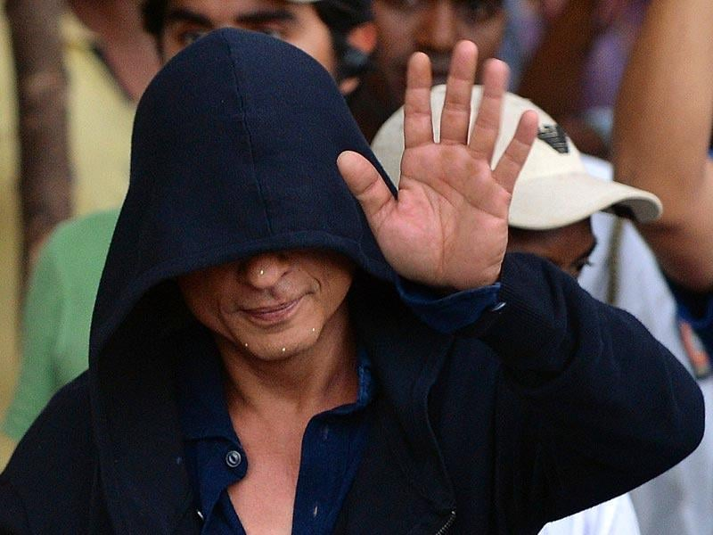 Shah Rukh Khan, face covered in a hood, greets fans after shooting for Maneesh Sharma's Fan in Mumbai on April 6, 2015. (AFP Photo)