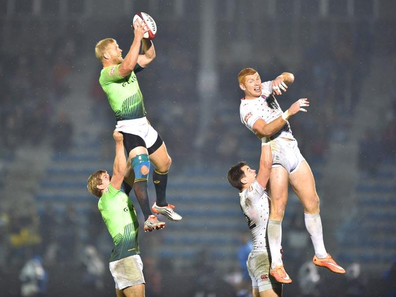 Tokyo: South Africa's Kyle Brown (L, top) and England's James Rodwell (R, top) fight for the ball during their final match at the Tokyo Rugby Sevens in Tokyo on April 5. England won the final 21-14.