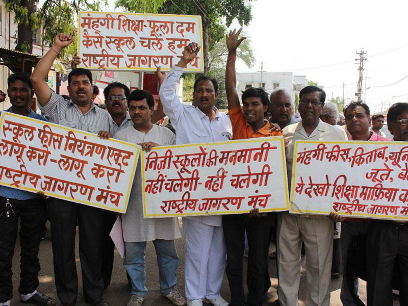Members of Rashtriya Jagran Manch protest fee hike in private schools, at the collectorate in Bhopal on Wednesday. (HT photo)