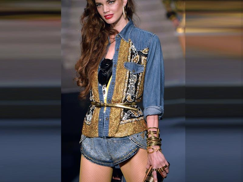 1990s are coming back again this summer to influence the female wardrobe. Denim overalls, high waists and caps will once again be essential must-haves. (Photos: AFP) High waists: There was a huge emphasis on high-waisted jeans in the 90s, and the high waist remains associated with that decade. Many designers brought it back to the forefront for this summer, from Givenchy, with shorts riding up above the bellybutton paired with plunging necklines, to Shiatzy Chen and the label's pants worn just below the chest, along with Martin Grant and his polka-dotted trenches tied well above the belly button.