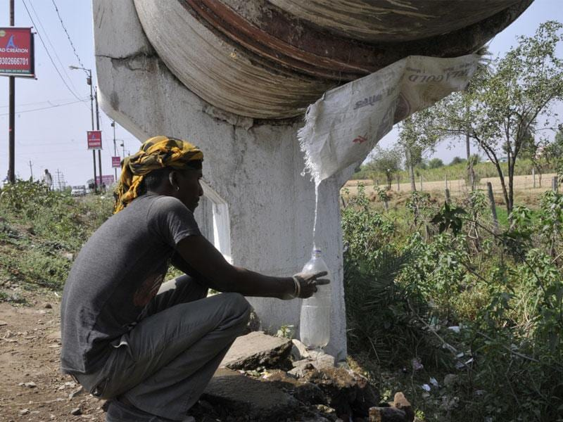 Some residents in Bhopal's Kolar have devised ways to take out water from Kolar pipeline that brings water from Kolar dam to Bhopal. (Praveen Bajpai/HT photo)