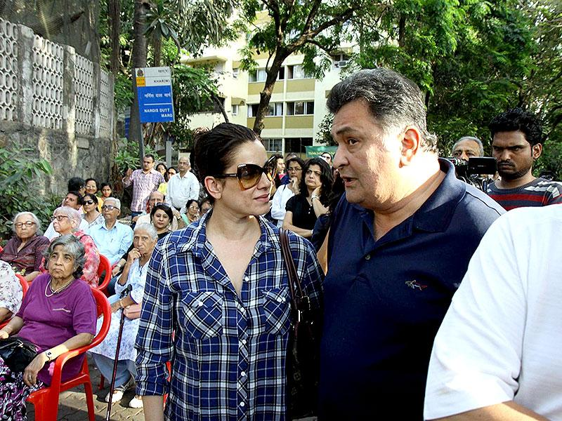 Neelam Kothari and Rishi Kapoor in an animated discussion during the protest. (IANS Photo)