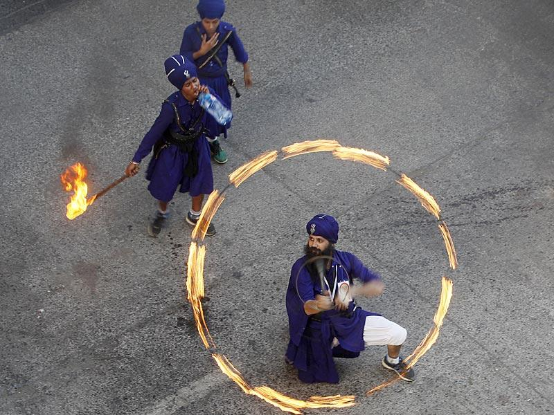 Gatka masters (one from Punjab and the other from Mumbai) perform martial arts, as a part of Baisakhi procession. (Vidya Subramanian/HT photo)