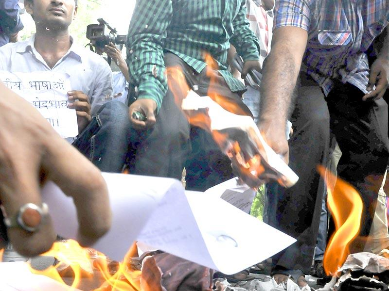 UPSC aspirants protesting against CSAT and other issues and burning their degrees and admit cards outside the UPSC office in New Delhi. (HT PhotoSonu Mehta)