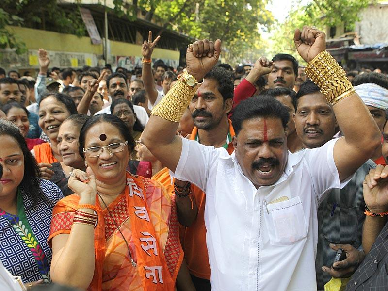 Shiv Sena supporters celebrate party's victory in Bandra (East) bypoll in Mumbai. (Kalpak Pathak/HT photo)