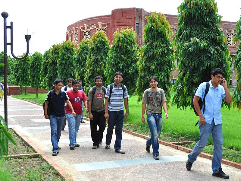 Students inside the campus of Indian Institute of Management, Lucknow in Lucknow, Uttar Pradesh. (HT photo)