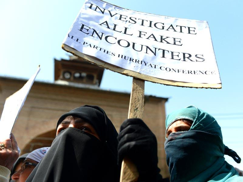 Kashmiri women shout pro-freedom slogans as they wave placards during a rally in Srinagar. (AFP PHOTO)