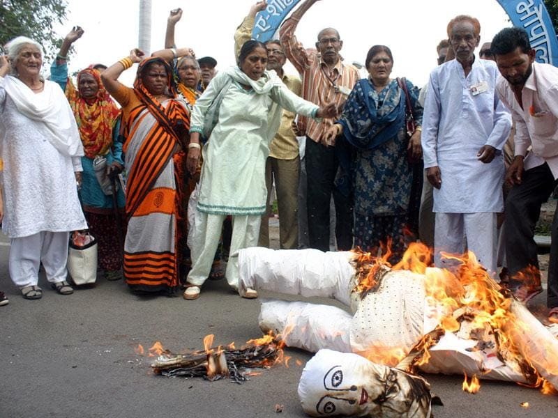 People burn an effigy of the state government to protest the power tariff hike, in Bhopal on Saturday. (Bidesh Manna/HT photo)