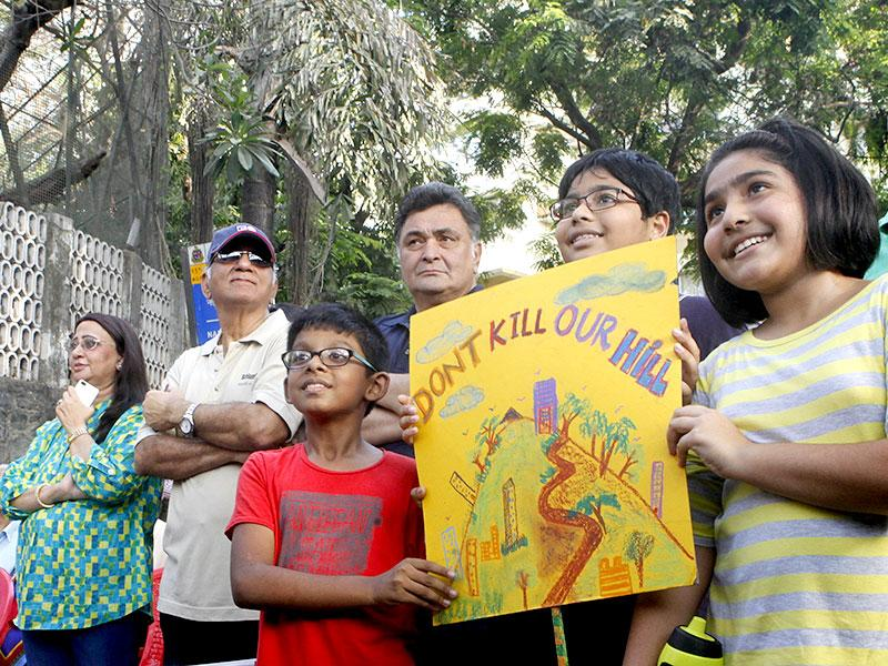 Bollywood actor Rishi Kapoor along with the residents of Pali Hill protested against BMC's proposed hawking zones in the Pali Hill residential localities in Mumbai. (Pratham Gokhale/HT Mumbai)