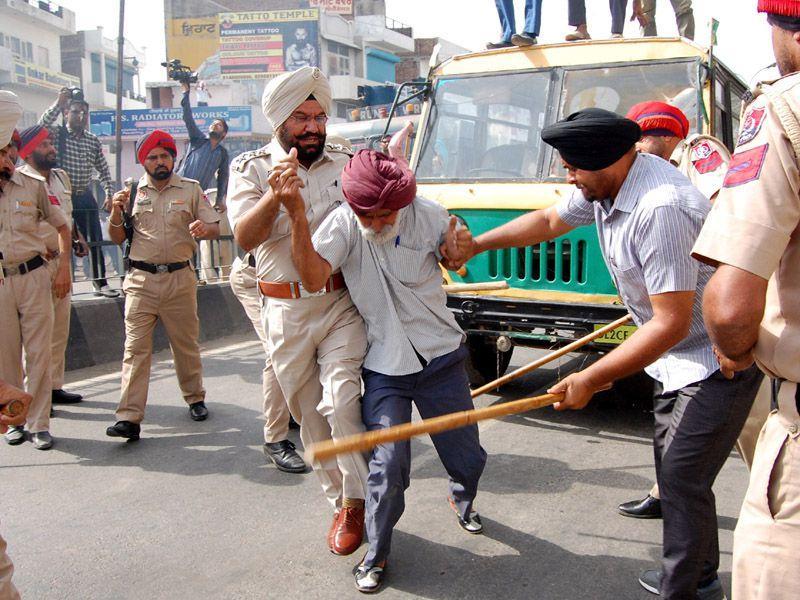 Police personnel resorted lathicharge to school van union activists during a Protest near Hanumaan Chownk at Bathinda.Sanjeev Kumar/HT