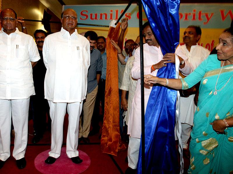 Legendary singer Asha Bhosle and NCP Chief Sharad Pawar during the unveiling of their wax models in Mumbai. (Kunal Patil/HT photo)