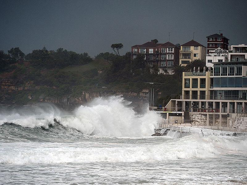 Huge waves are seen in Sydney's Bondi Beach as the city battles cyclonic wind gusts and non-stop downpours. (AFP Photo)