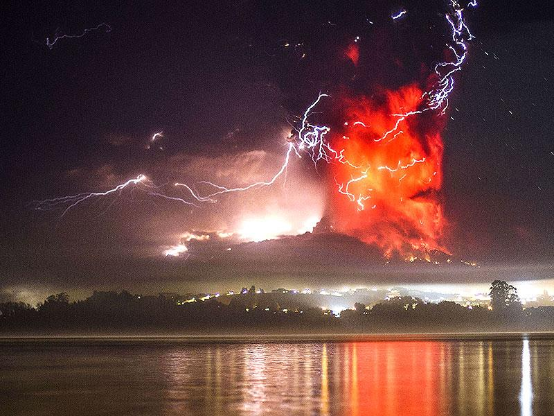 This view from Puerto Varas, southern Chile, shows a high column of ash and lava spewing from the Calbuco volcano. (AFP PHOTO)