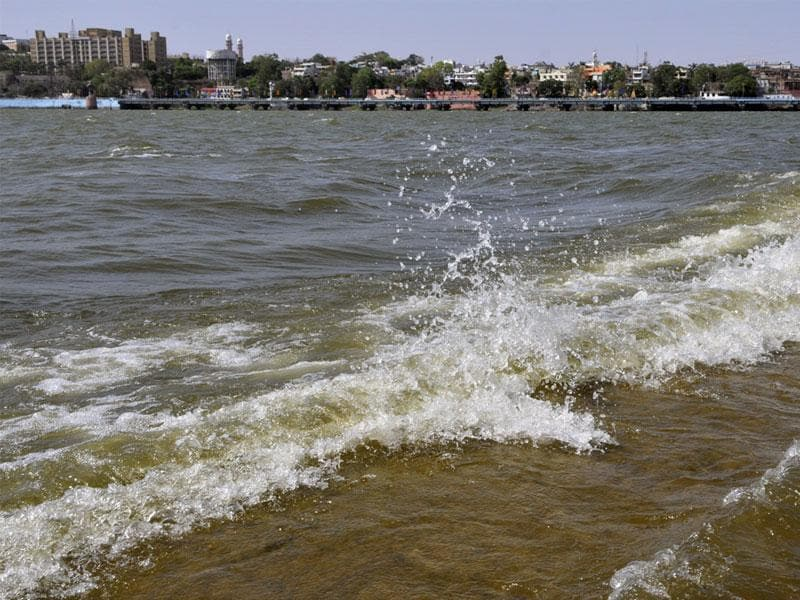 Waves crash along the shores of the Upper Lake in Bhopal on Thursday evening. (Praveen Bajpai/HT photo)