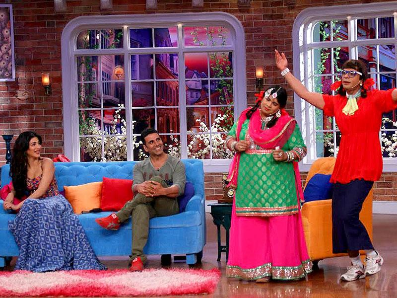 Akshay Kumar and Shruti Haasan watch the performance of Palak and Gutthi on Comedy Nights with Kapil.