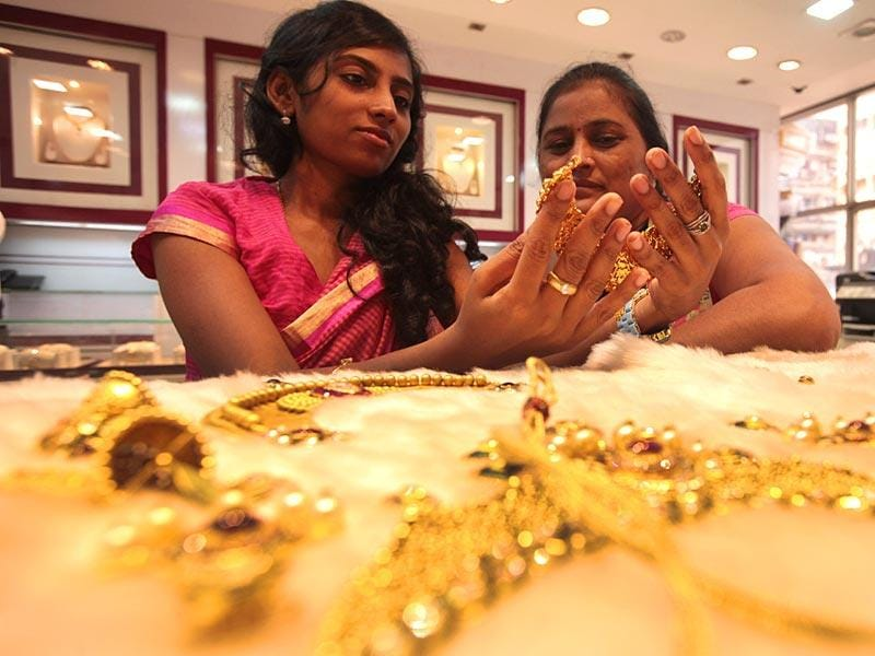 People purchased gold jewellery on the occasion of Akshaya Trittiya in Mumbai. (Anshuman Poyrekar/HT photo)