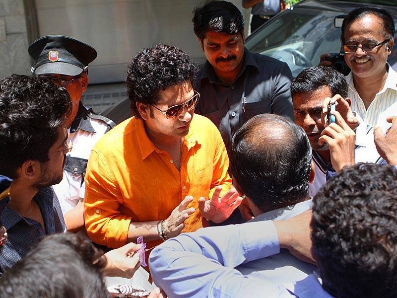 Cricket legend Sachin Tendulkar met his fans on his 42nd birthday outside his Bandra residence, in Mumbai. (Arijit Sen/HT photo)