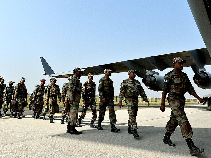 Indian Army personnel board an Indian Air Force aircraft containing relief materials to be airlifted to Nepal to provide assistance to earthquake victims at Hindon Air Force Station near New Delhi. (AFP Photo)