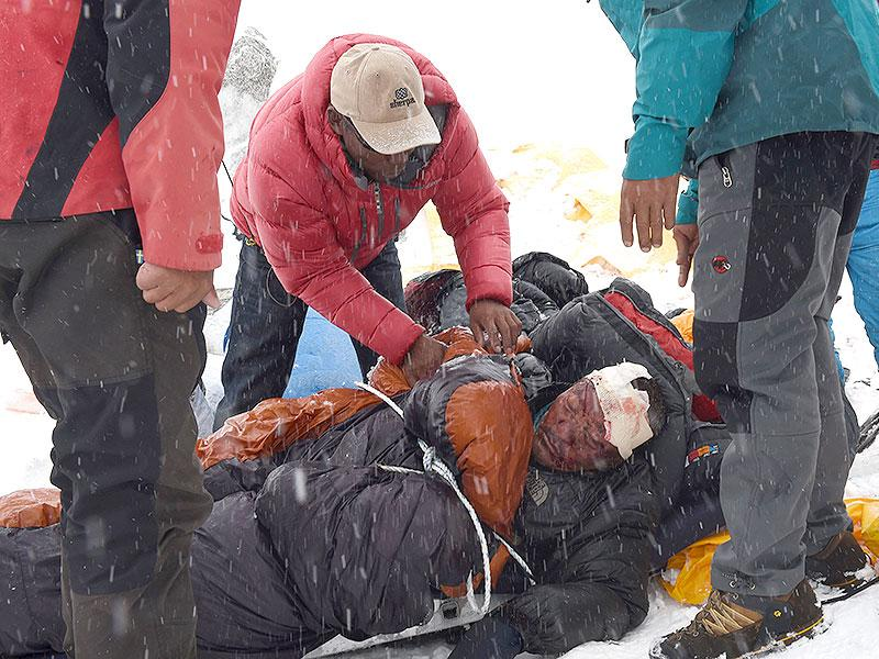Rescuers tend to a sherpa injured by an avalanche that flattened parts of Everest Base Camp in Nepal. (AFP Photo)