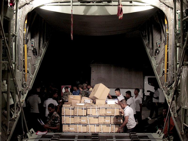 Sri Lankan Air Force personnel load emergency relief supplies to be flown to quake-hit Nepal. The country has received substantial amounts of food and medical supplies as well as tents and clothes from across the world. (AFP Photo)
