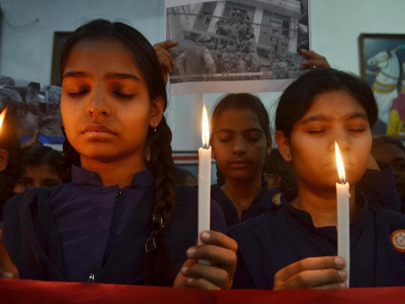 Students from Jagat Jyoti school offering prayers for the Nepal earthquake victims in Amritsar. Sameer Sehgal/HT