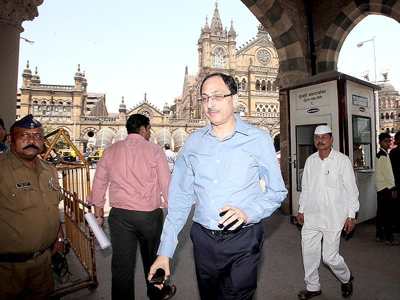 Former BMC municipal commissioner Sitaram Kunte leaves the BMC head office in Mumbai. He was transferred as principal secretary environment. (Anshuman Poyrekar/HT photo)