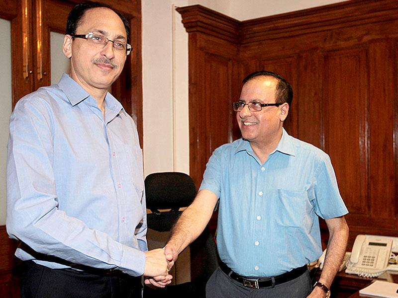 The newly-appointed BMC municipal commissioner Ajoy Mehta takes charge from his predecessor Sitaram Kunte at the BMC HQ, in Mumbai. (Anshuman Poyrekar/HT photo)