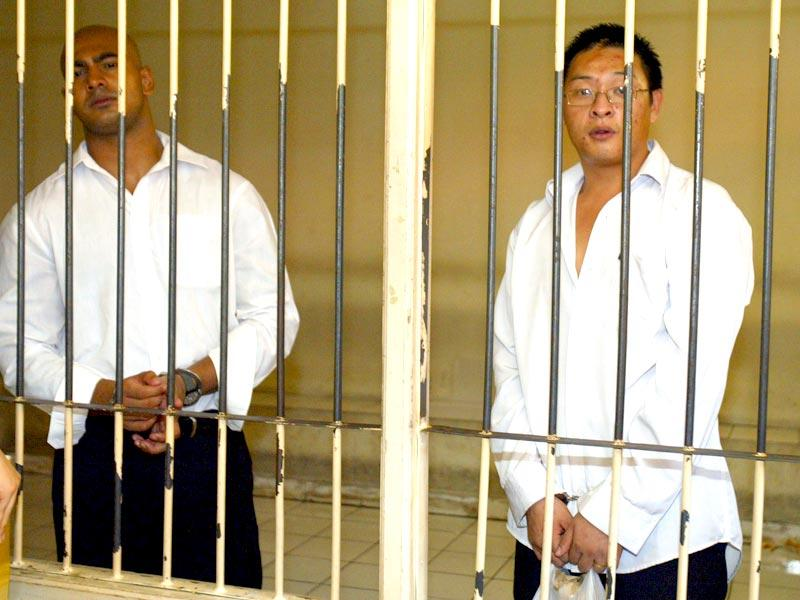 Australians Andrew Chan (R) and Myuran Sukumaran (L) wait in a holding cell at a Denpasar court in Bali in this February 14, 2006 file photo. (Reuters)