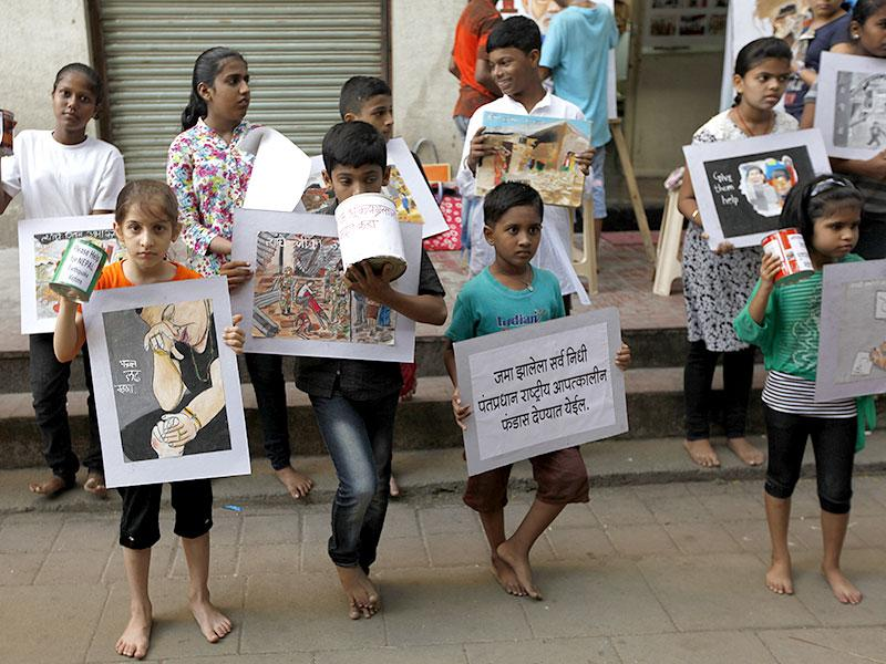 Students of Mumbai's Gurukul School of Art collect funds for the survivors of the disastrous Nepal earthquake. (Vijayanand Gupta/HT photo)