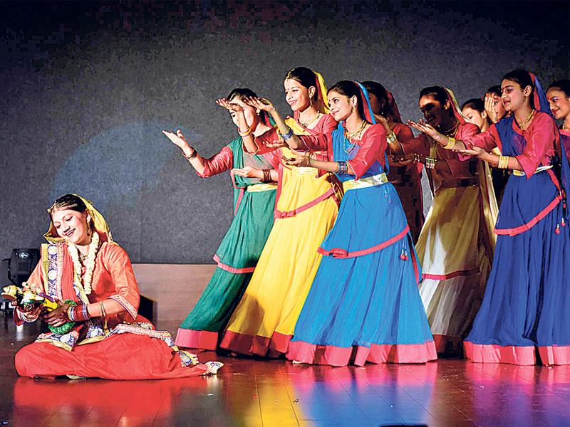 Amita Khare and troupe perform dance drama 'Prem Deewani Meera' organised by Natraj Sangeet Vidhyalaya, in Bhopal on Monday.(HT photo)