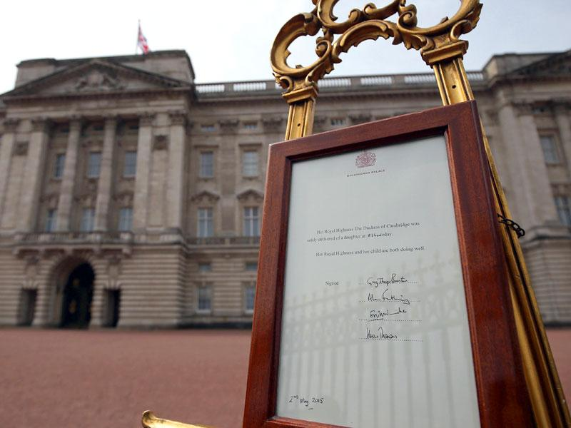 A Royal bulletin, announcing that Catherine has given birth to a baby girl, stands on an easel on the forecourt of Buckingham Palace in London. (AFP Photo)