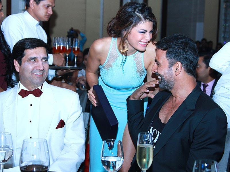 The always chic bollywood diva, Jacqueline Fernandez, with actor Akshay Kumar and India's navy chief, Admiral RK Dhowan. (Waseem Gashroo/HT)