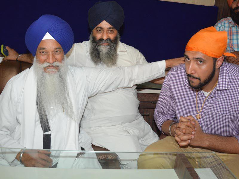Sim Bhullar, the first player of Indian descent to play in the NBA, meeting Akal Takht Jathedar Giani Gurbachan Singh in Amritsar on Tuesday. Sameer Sehgal/HT