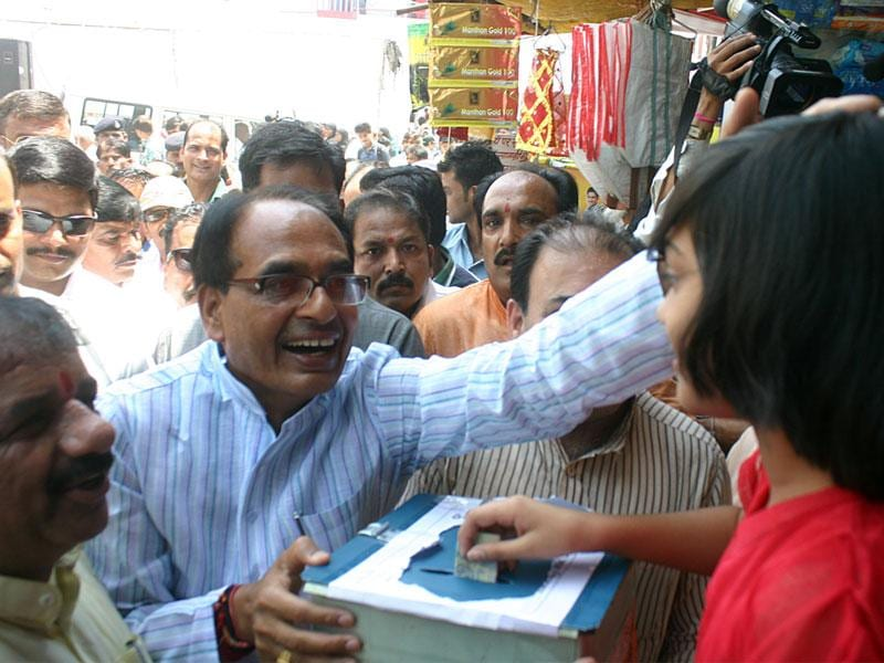 Chief minister Shivraj Singh Chouhan appreciates a girl for donating for Nepal earthquake victims, in Bhopal on Tuesday. (Bidesh Manna/HT photo)