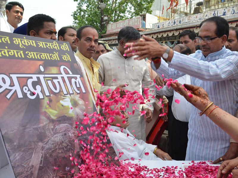 Chief minister Shivraj Singh Chouhan offers floral tributes to Nepal earthquake victims at a programme, in Bhopal on Tuesday. (Bidesh Manna/HT photo)