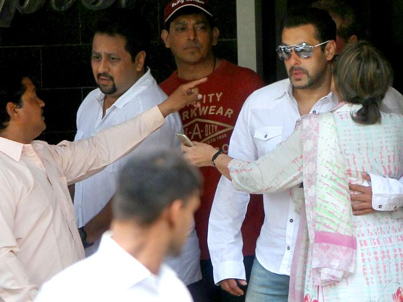 Salman Khan talks to family members in Mumbai before leaving for the sessions court on Wednesday. (Satish Bate/HT Photo)