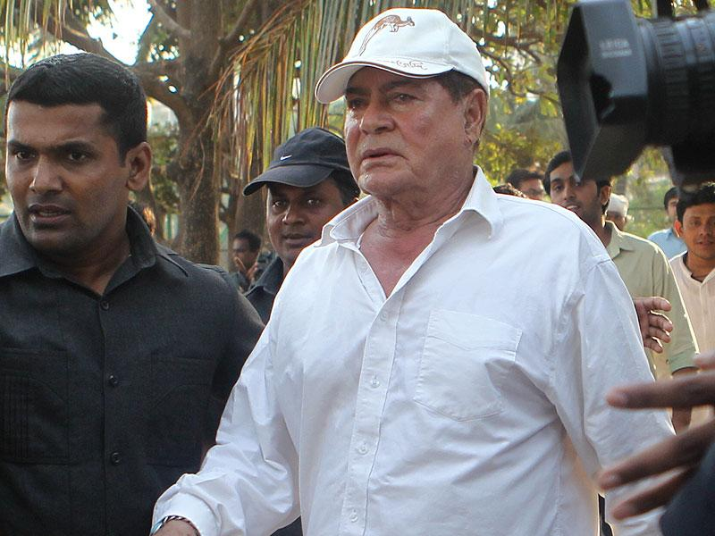Salim Khan going for the morning walk at Bandra Band stand before son Salman Khan leaves his Bandra residence for the Sessions Court. (Satish Bate/HT Photo)