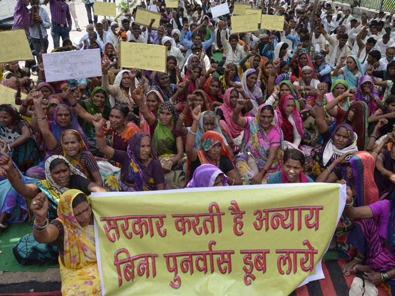 Omkareshwar Dam oustees protest in Bhopal on Wednesday to express solidarity with ongoing Jal Satyagraha at Gholgaon in Khandwa. (Mujeeb Faruqui/HT photo)