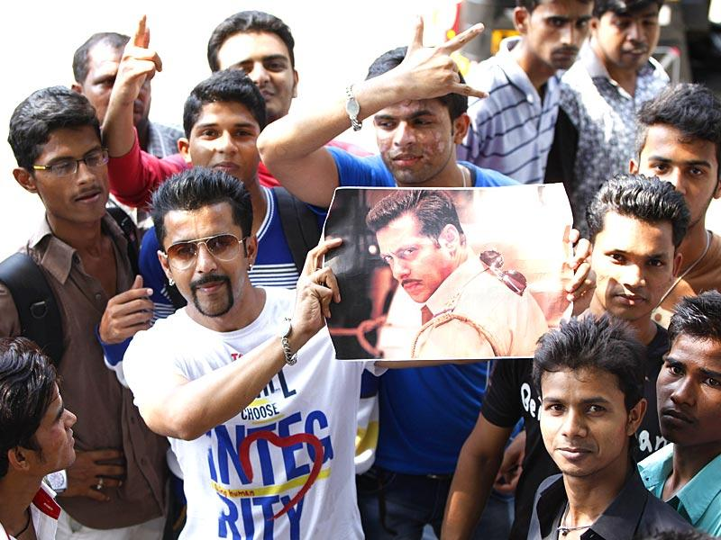 Salman Khan's lookalike waited outside the superstar's Bandra residence. Fans had gathered to catch a glimpse of the actor a day after he was convicted in the 2002 hit-and-run case. (Satish Bate/HT photo)