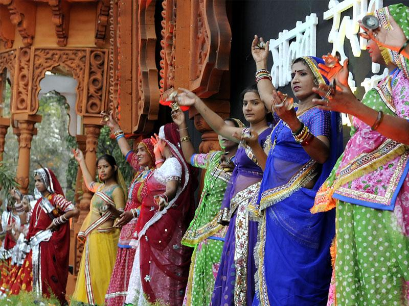 Participants from different states performed their individual dance styles in a bid to create a world record on Day 3 of Malwa Utsav. (Arun Mondhe/HT photo)