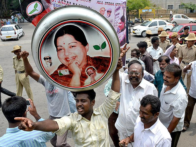 Supporters of J Jayalalithaa, AIADMK chief, celebrate after the verdict went in her favour. (HT Photo/Kashif Masood)