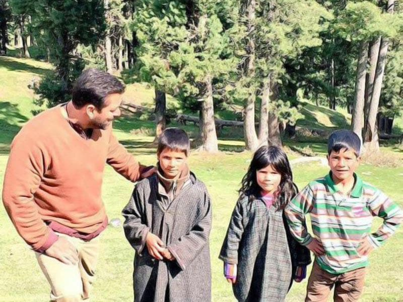 Salman Khan meets his fans in Kashmir while shooting for Bajrangi Bhaijaan.(Photo: Twitter)