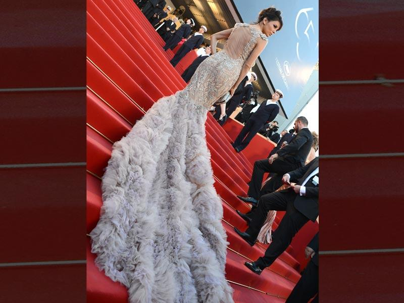 Eva Longoria left a lasting impression in this magnificent gown decorated with an extra-long train of feathers.